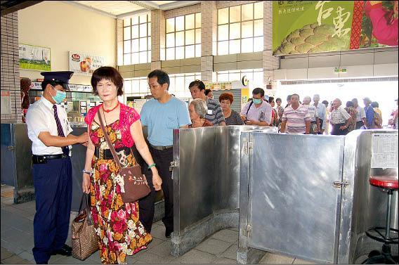 南迴鐵路搶通,可免費搭至枋寮站,吸引不少民眾搭乘。(記者王秀亭攝)