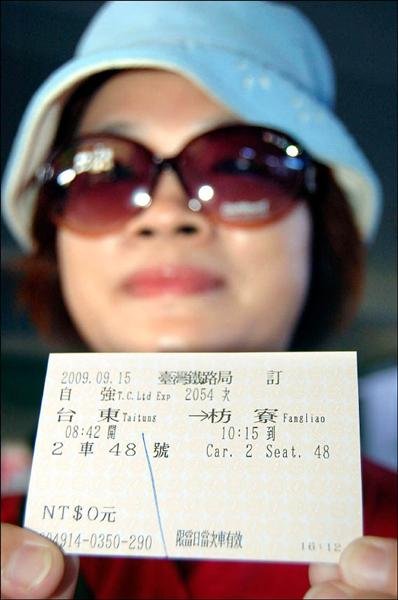 第一次搭火車不用錢,旅客笑說要把車票留下來做紀念。(記者王秀亭攝)