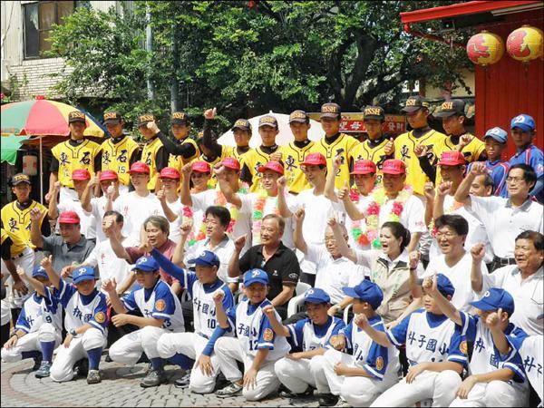 1979年世界冠軍朴子少棒隊員(戴紅帽者)返鄉歸隊,與朴子巿三級棒球隊球員相見歡。(記者楊國棠攝)