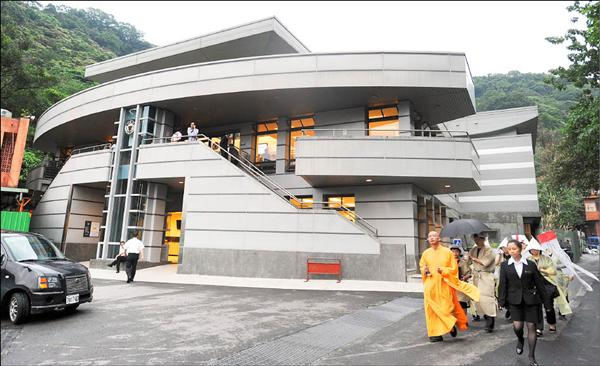 台北市第二殯儀館新火葬場透過焚燒遺體熱能發電。(記者王藝菘攝)