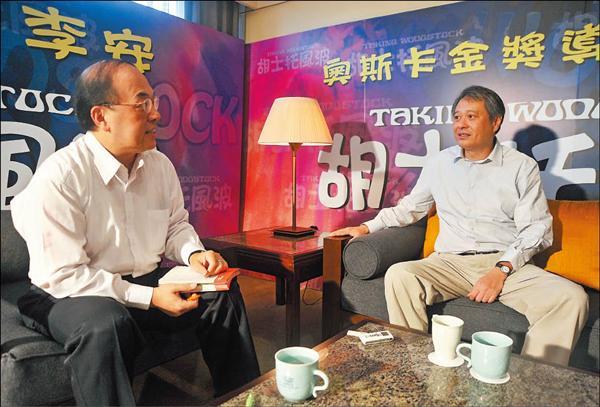 導演李安接受本報記者藍祖蔚(左)專訪時表示,他的奮鬥人生就好像是一位海軍陸戰隊隊員,努力搶灘登陸時,整個人趴在鐵絲網上,讓後面的人能夠踩著他的背過去。(記者劉信德攝)