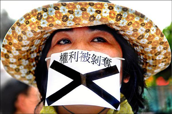 政府放寬美國牛肉進口限制,一名民眾日前在行政院前抗議,指放寬美國牛肉進口是剝奪人民權利。(資料照,中央社)
