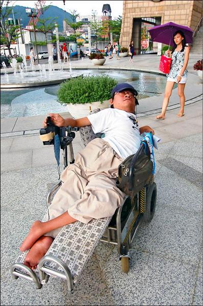 罹患小兒麻痺與脊椎側彎的劉哲彰,自立生活道路走來艱辛,卻是實踐Try精神的最佳典範。(記者邱紹雯攝)