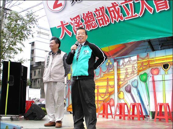 前行政院長謝長廷(右)昨天到鄭文燦大溪競選總部成立大會站台,他批評馬英九總統用人不當。(記者周敏鴻攝)