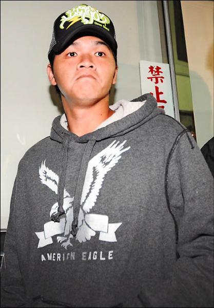 板檢偵辦職棒假球案,昨天以被告身分,傳訊熊隊球員蔡英峰,訊後八萬元交保。(記者王藝菘攝)