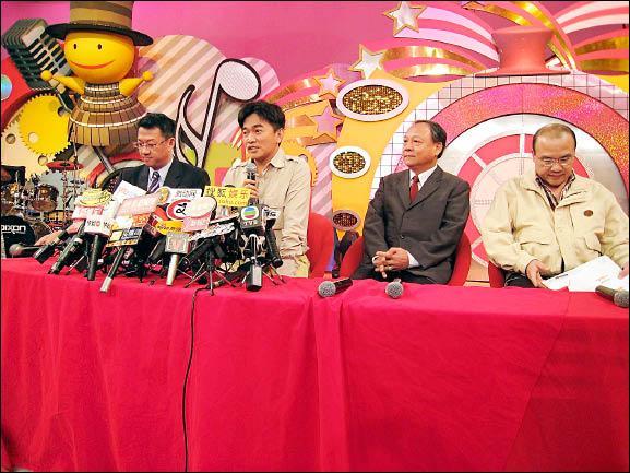 綜藝天王吳宗憲(左二)獲得翔昇榮譽董事長林鎮來(右二)力挺,可望續任董事長。(資料照,記者陳慧貞攝)