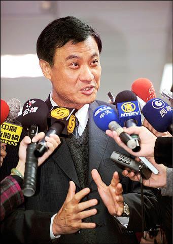 民進黨昨日舉行中執會,黨秘書長蘇嘉全上任後首次接受媒體採訪(記者方賓照攝)。