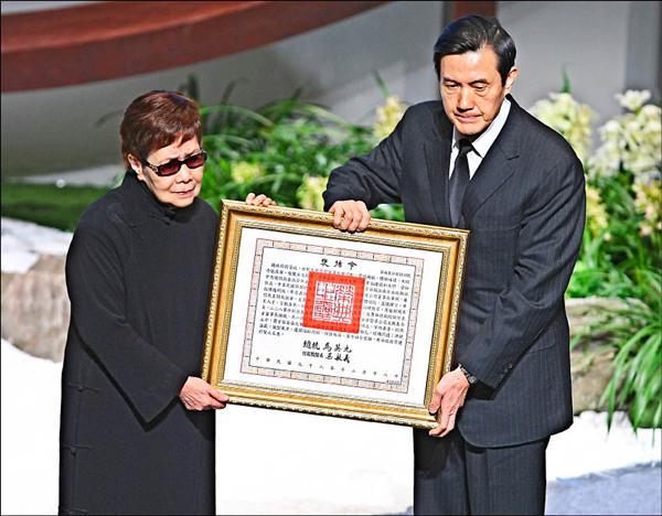 總統馬英九頒贈褒揚令予葉明勳,由其遺孀嚴停雲(華嚴,左)代表接受。(記者方賓照攝)