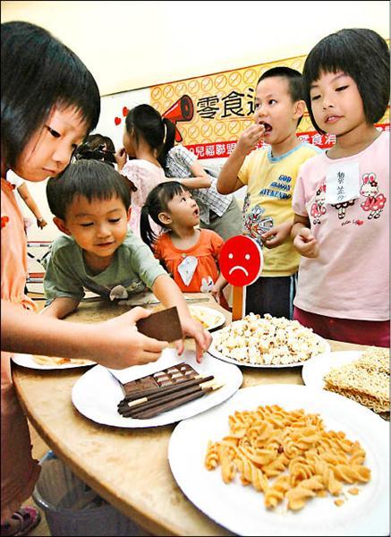 洋芋片、速食麵、巧克力,都是屬於高熱量、高鹽及高糖的「三高」零食,長期下來將對孩子的健康造成嚴重威脅。(資料照,記者簡榮豐攝)