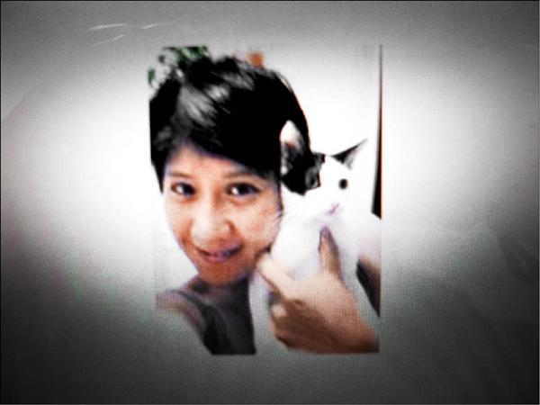 愛貓的作家「忽忽」與貓兒合影。(記者陳恩惠翻攝)