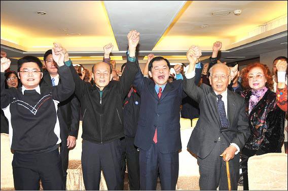東華大學教授王廷升(右3)在父親、前縣長王慶豐(左2)及大批支持者陪同下,大聲高喊「加油、凍蒜!」  (記者游太郎攝)