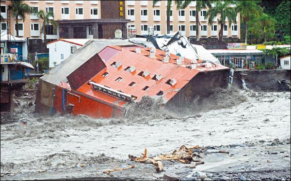 莫拉克颱風為台東地區帶來重大災情,湍急的河水將知本溫泉區的地基掏空,位在河畔的金帥大飯店 倒塌。(資料照,記者羅沛德攝)