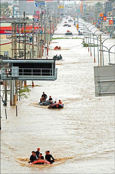 八八水災林邊救援情形。(資料照,記者張忠義攝)