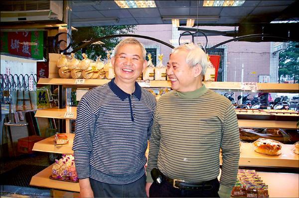 樹林麗華西餅店創辦人陳專定過世後,兒子陳敬源(左)、陳敬長(右)將收到的100萬元奠儀,捐做樹林國小學生獎學金。(記者蔡偉祺攝)