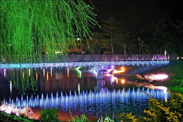 「人來蜂-2010月津港迎春燈會」昨日啟燈,月津港光影將成鹽水蜂炮重要景點。(南縣文化處提供)