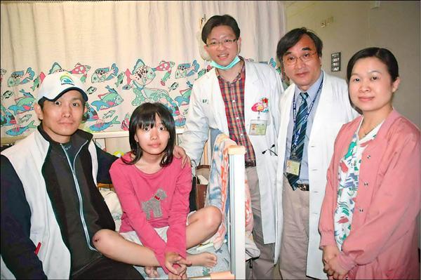 高中女生方語涵(左2)心跳停止30小時,高雄長庚心臟外科醫師李芳艷(右2)與小兒科醫師林盈瑞(右3),在不輸血要求下奇蹟救回。(記者方志賢攝)