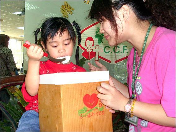高縣家扶中心受助孩童嚐到愛心冰淇淋,「清涼在口裡、溫暖在心裡」。(記者蘇福男攝)