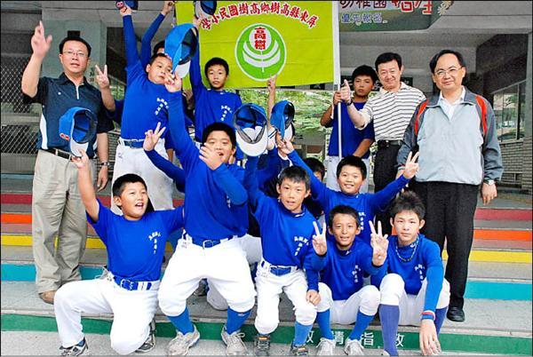 高樹國小棒球隊近來表現突出,昨進軍全國軟式少棒聯賽傳回佳績。(記者侯千絹攝)