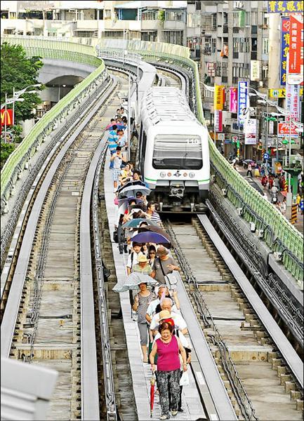 捷運文湖線去年曾發生嚴重的故障意外,因為系統發生異常,列車停擺在軌道中間,所有的乘客都被請下車。(資料照,記者方賓照攝)