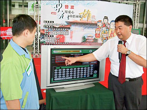 全家E-Retail事業部部長林志清(右)強調,利用FamiPort電子系統「以功代金」方便簡單。(記者葛祐豪攝)