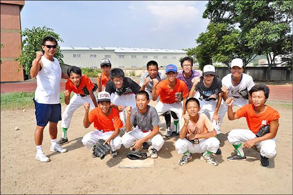 苗栗縣公館鄉鶴岡國中棒球教練黃瑞佐(左一)帶著球員自闢簡易棒球場,朝棒球夢前進。(記者彭健禮攝)