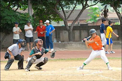 公館鶴岡國中舉辦棒球邀請賽,8校10隊球員以球會友、盡情揮灑,享受打棒球的樂趣。(記者彭健禮攝)