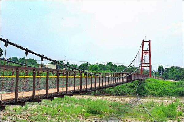 石牛溪吊橋是古坑自行車專用道,最美麗的景點。(記者詹士弘攝)