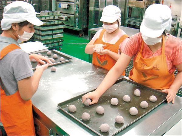 育成基金會庇護工廠生產的月餅,低糖、低脂,但至今接獲的訂單量,不到目標營業額五百萬的百分之五。(育成社會福利基金會提供)