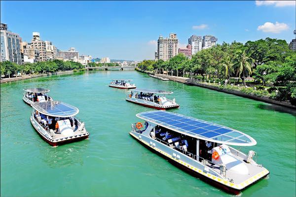 5艘太陽能船隊成軍,開啟高雄河港綠能觀光新時代。(記者張忠義攝)