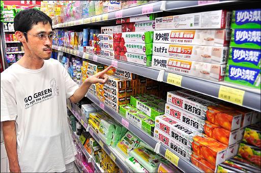 長期鼓吹民眾勿用PVC的看守台灣協會秘書長謝和霖表示,PE可以完全取代PVC,禁用PVC對民眾生活完全不受影響。(記者劉力仁攝)