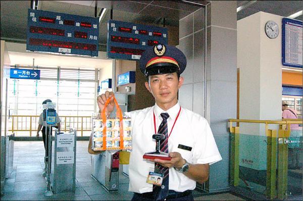 台鐵楊梅新站站長洪昭清展示新站啟用促銷的台鐵火車模型,與鐵軌模型商品。(記者沈繼昌攝)