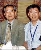 台灣大學化學系教授陸天堯(右)在2007年日本奈良的國際研討會上,和今年諾貝爾化學獎得主根岸英一合影。(陸天堯提供)