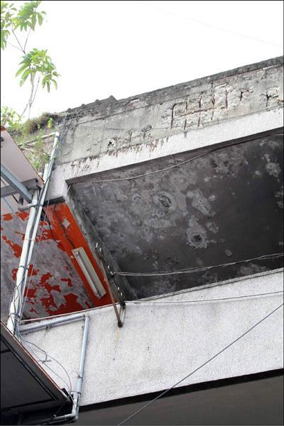 屋齡超過卅、四十年的老舊大樓,鋼筋外露安全堪虞。(記者翁聿煌攝)