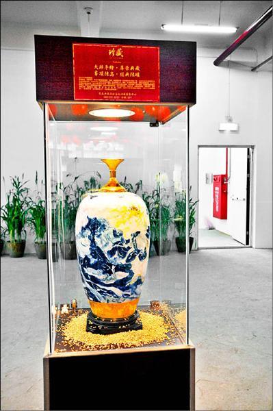 一瓶酒賣到二十萬,十六年玉山峰頂陳高加上名藝術家加持,價值不斐。(記者王善嬿攝)