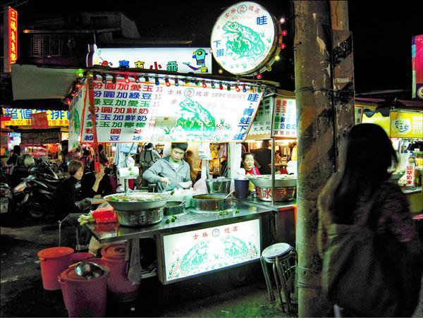 王記老闆王木火出國旅遊,圖為王的兒子在總店工作的情形。(記者陳恩惠攝)