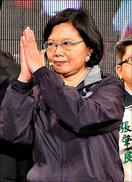 新北市長候選人蔡英文敗選,昨開票後向綠營支持者致歉。(記者朱沛雄攝)