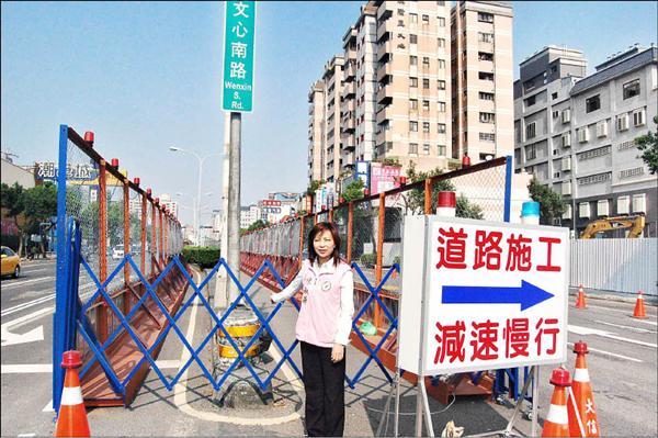 民進黨台中市議員陳淑華昨天質疑,捷運機電標三度流標,再次證明市府在選前把圍籬圍起來,「感覺」捷運動工了,是「圍假的」。(記者唐在馨攝)