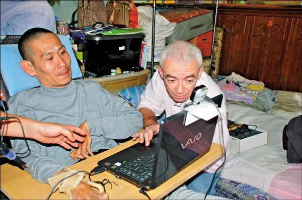 一個洋人葛凱文加上二個台灣人林中竹、張嘉純組成「破冰團隊」,協助重殘者使用高科技輔具,活出新希望。(記者黃淑莉攝)