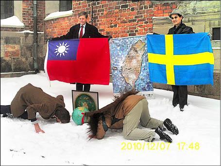 台灣阿成(前右者)在我國駐瑞典代表朱文祥(後右者)見證下,與揆一後代子孫愛德瑞恩(前左者)在冰天雪地裡親吻瑞典土地。(圖:黃宏成提供,記者王俊忠翻攝)