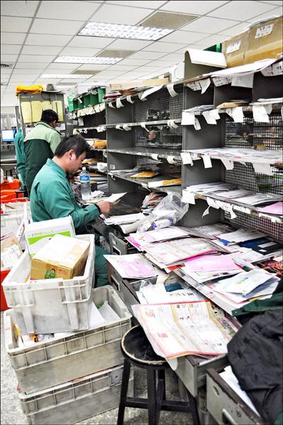 郵務士要在郵局先分信,出門送信時路線才會順暢。(記者周敏鴻攝)
