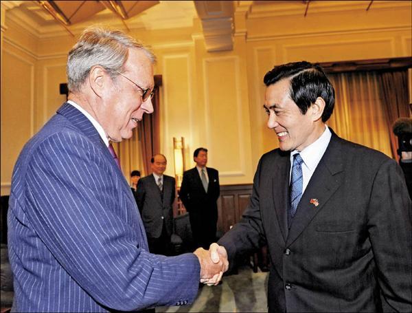 總統馬英九(右)昨日在總統府接見美國在台協會理事主席薄瑞光(左)等一行人,馬英九感謝薄瑞光來台簡報「歐胡會」後相關事宜。(中央社)