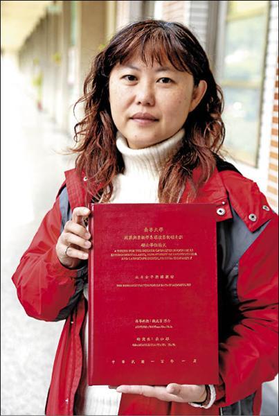 北斗國中音樂老師吳和郁研究「女子樂隊」作為主題,完成碩士論文。(記者顏宏駿攝)