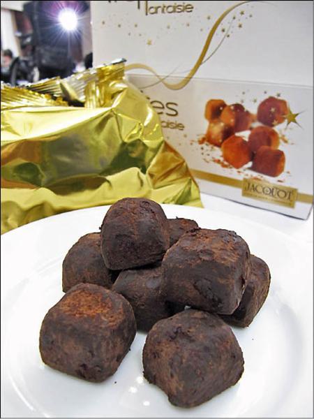 市售仿松露形狀的松露巧克力,一顆不到3元。(記者楊久瑩攝)