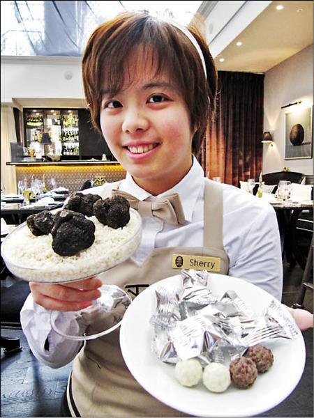 想嚐嚐看真正含有松露的巧克力嗎?松露之家店員手中捧著的四顆松露原菌菇,市價二萬多元,至於由松露做成的巧克力(右前方),一顆則要價約三十五元。(記者楊久瑩攝)