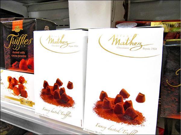 國內各大賣場常見的「松露巧克力」。(記者楊久瑩攝)