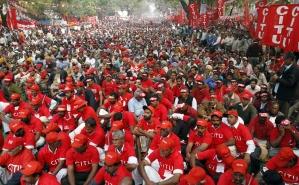 為了抗議高通貨膨脹率,印度10萬人民走上街頭。(路透社)