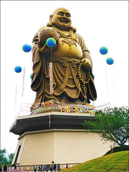 世界最高的72公尺青銅彌勒大佛像,在彩球升空中開光,成為新竹縣最醒目的地標。(記者廖雪茹攝)