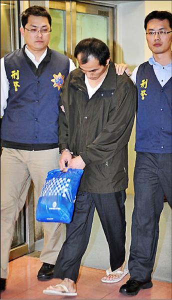 違反電信法潛逃菲律賓的通緝犯黃育斌(中)於去年底在菲國落網,昨日晚間由刑事局自馬尼拉押解返國。(記者姚介修攝)