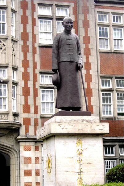 國民黨威權統治時期,在台師大校門口所立的蔣介石銅像,經過多年爭辯後,校方終於在校務會議通過搬遷銅像,並將恢復噴泉造景原貌。(記者胡清暉攝)