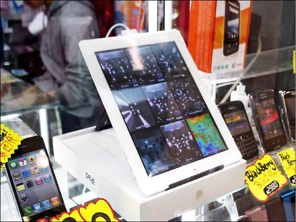 香港先達廣場專買3C產品,尤其是手機、平板電腦;在美國賣829美金的3G 64GB iPad2,在這邊水貨要價13500~14000港幣,相當於台幣53200。(記者陳炳宏攝)
